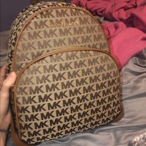 Micheal kors bag (willing to negotiate)